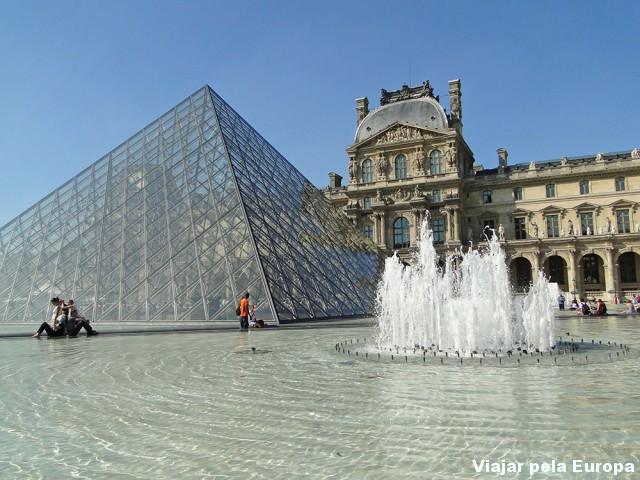 A Torre é linda! Mas o Louvre também merece o seu destaque :)