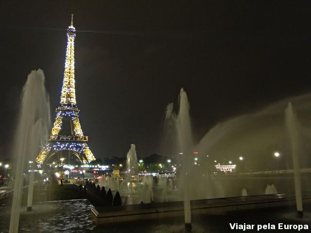 Torre Eiffel dando show ao anoitecer :)