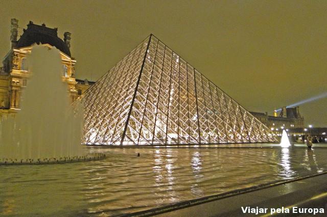 Ver o Louvre de dia ou de noite?