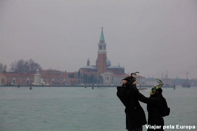 Casal com as máscaras de Veneza.