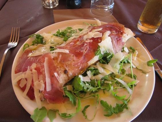 Calzone aos quatros queijos - servido com presunto italiano e salada.