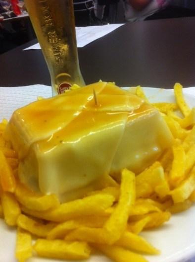 Francesinha com batatas + fino: 10€ (horário de almoço) - Café Santiago, Rua Passos Manuel, 226 - Porto. Foto por: Gisele Almeida