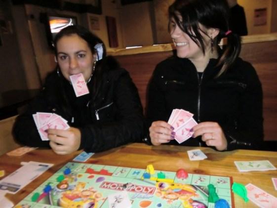 Naiara na sala de jogos do Hostel Number 8 - Londres