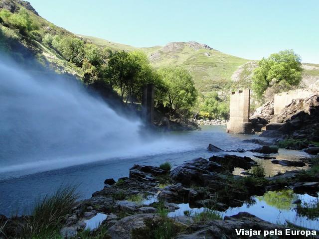 Em baixo da barragem :) Wow!