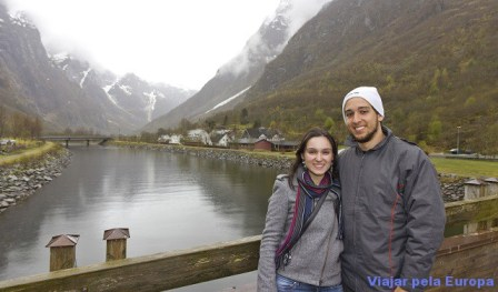 Nathalia Arduini e Henrique Araujo em Naeroyfjord - Noruega