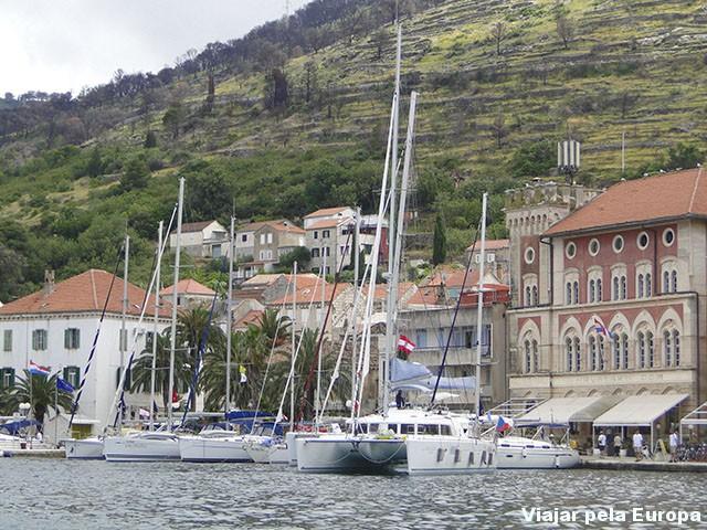 Uma fofura inúmeros barcos no Porto de Vis