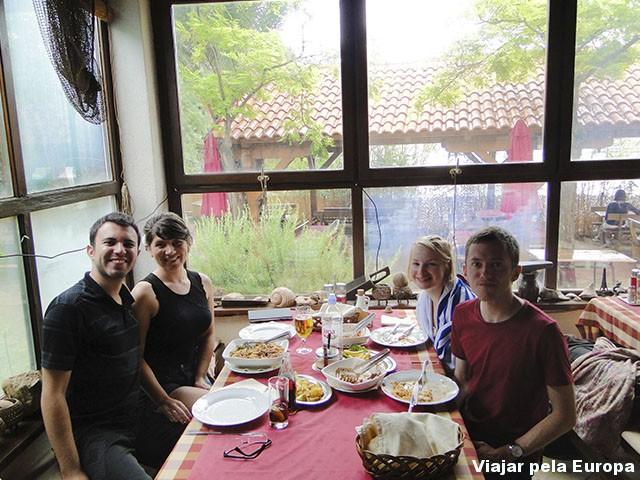 Dividimos a mesa do almoço com nossos amigos ingleses