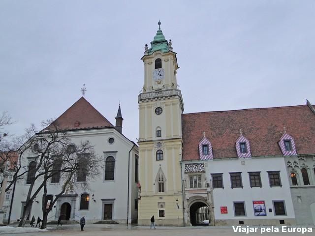 Prédios que parecem que foram inaugurados recentemente na praça principal