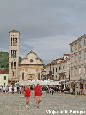 A Igreja Principal fica na entrada da praça de quem chega pela rodovia
