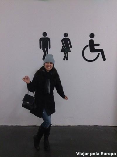 Design District - Placa de wc em um shopping.