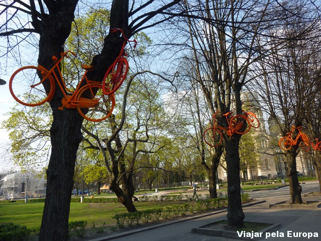 Riga esta repleta de vida, com programação cultural e campanhas artísticas como esta.