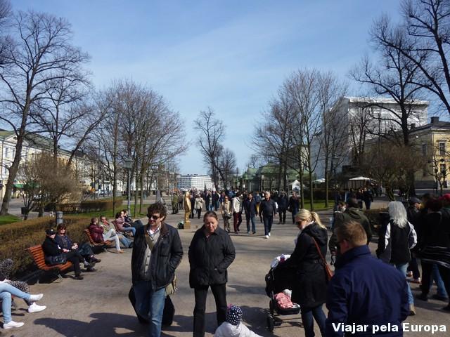 Tardes de primavera é repleto de gente na rua.