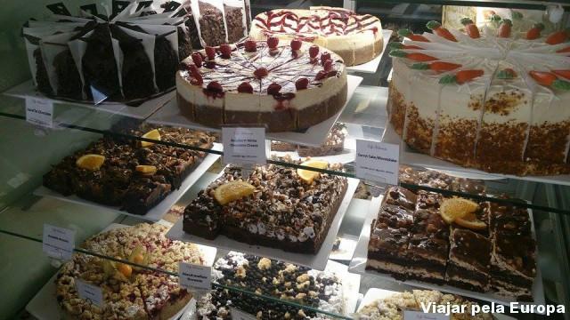 Vitrine dos bolos no café X da Drottningatan