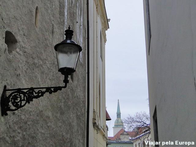 Ver um pedacinho da praça principal através da rua do palácio