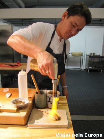 O chef preparando o nigiri de salmão braseado.