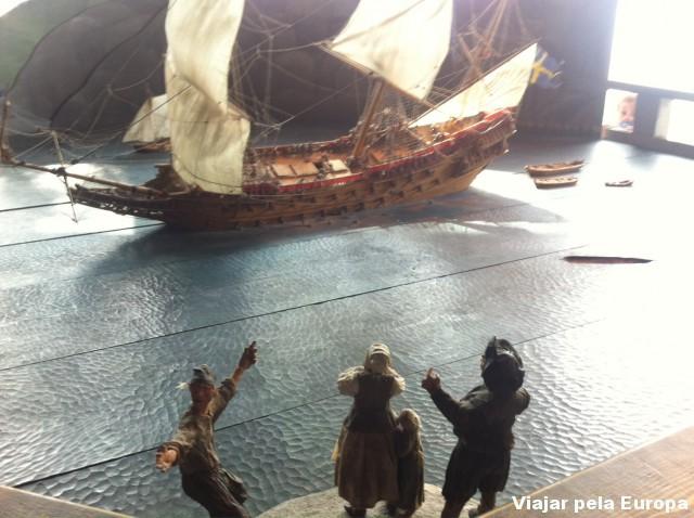 Miniaturas que representam o momento que o navio afundou.