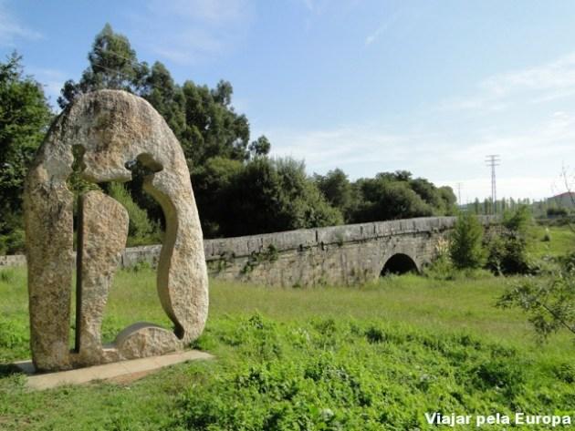 Monumentos referente ao peregrino e pontes barrocas enriquecem a beleza do caminho :)