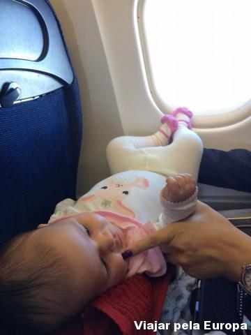 A Nicole se jogando na mesinha do avião.
