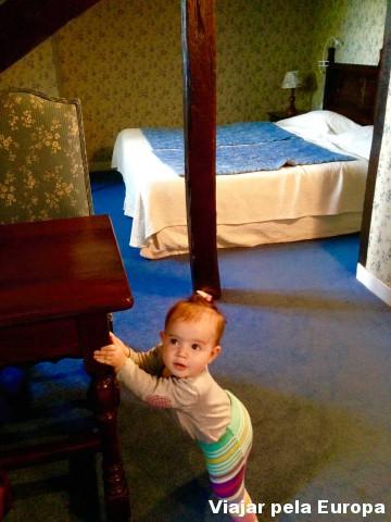 A Nicole brincando no nosso quarto em Paris.