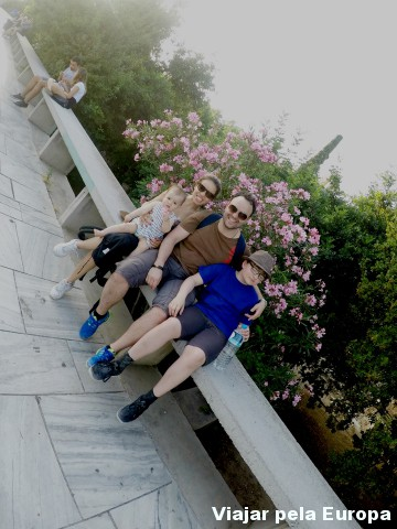 Aproveitando a pausa para fazer fotos de família em Atenas.
