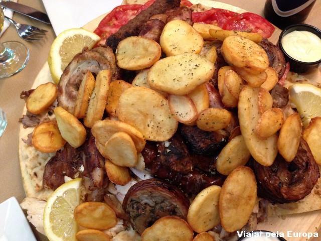 Prato gigante de churrasco grego em Atemas.