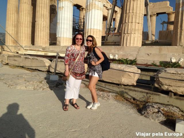 Poses com a querida Theodora Kappou, nossa guia em Atenas.