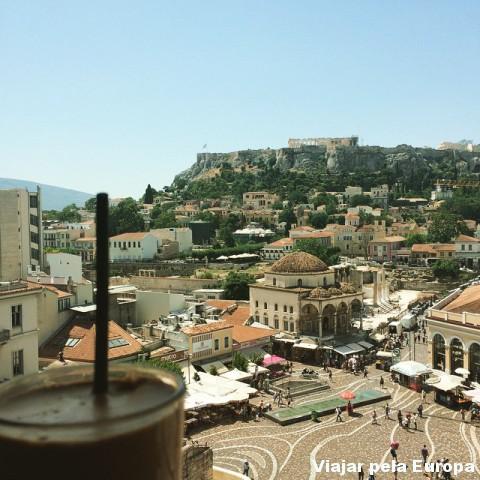 Delícia tomar um frappé com essa vista maravilinda para Atenas!