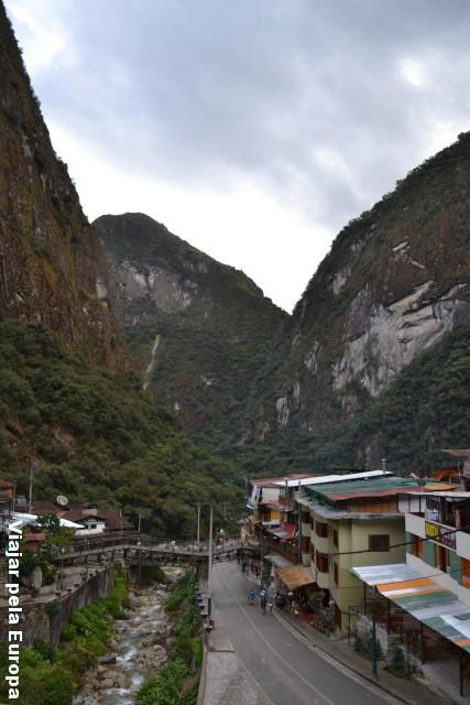 Aguas Calientes e sua incrível localização no meio das montanhas.