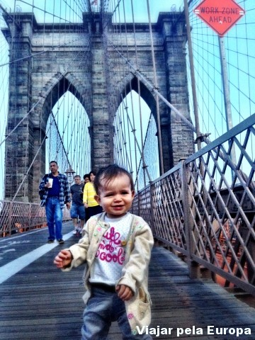 Olha que charme a mini-viajante divando na Brooklyn Bridge!