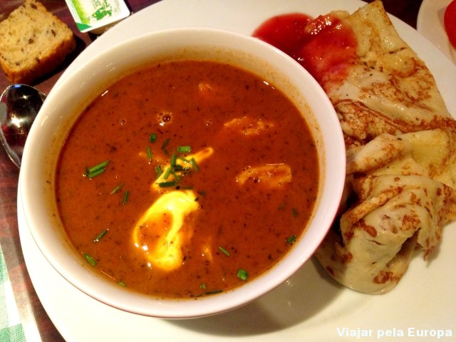 Sopa de ervilha com bacon, um prato delicioso para se experimentar no inverno.