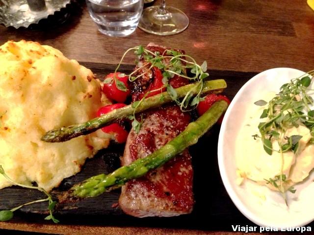 O Plankstek é um bife super suculento servido na tábua. #delicious