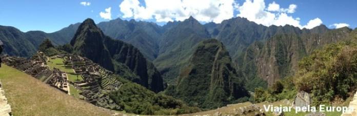 Panorâmica de Machu Picchu. A paisagem é tão incrível que nenhuma foto faz jus à beleza do lugar