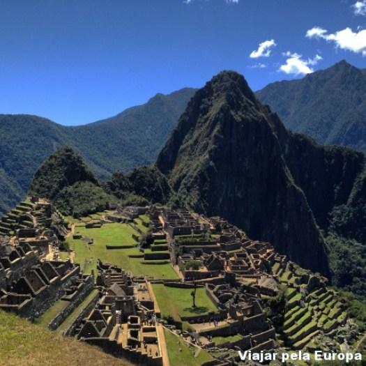 Aquela montanha maior e super famosa é Huayna Picchu/ Wayna Picchu e a parte da cidade é Machu Picchu. Ai, ai...estou me apaixonando de novo só de olhar essa foto. :D