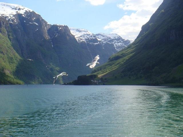 Essa é uma parte dos fiordes perto de Bergen no verão. Lindo, né?