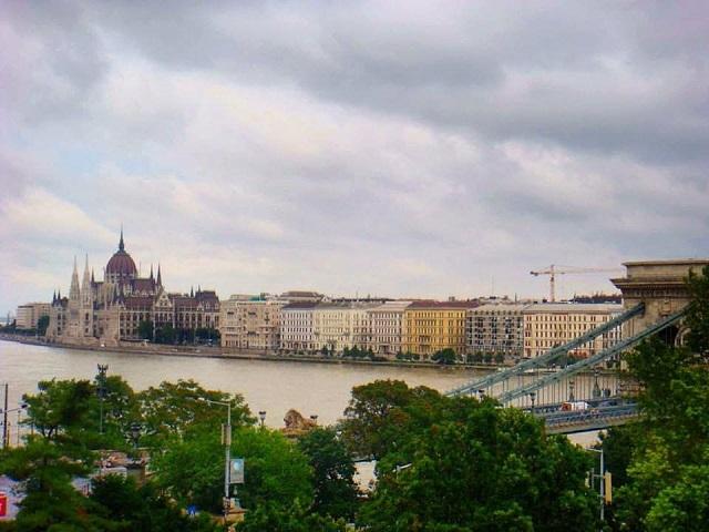 Rio Danúbio e parlamento húngaro ao fundo