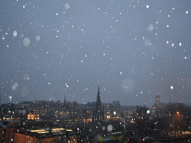 Panorâmica de Edimburgo com a neve caindo