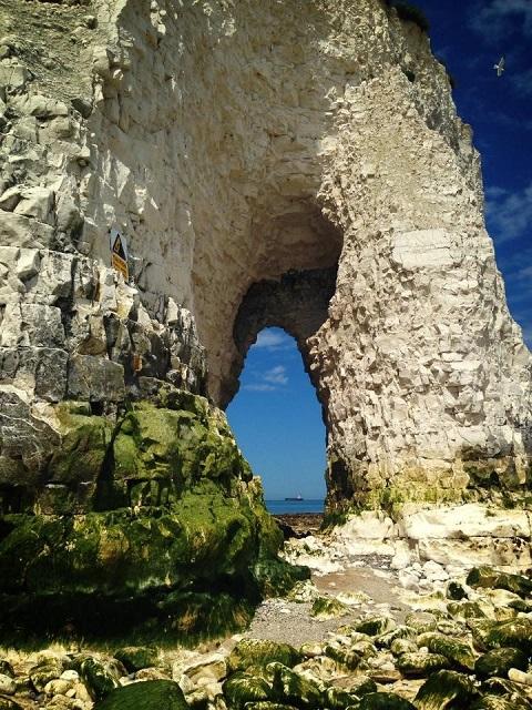 Você ficará admirada(o) com as formações rochosas dessa baía