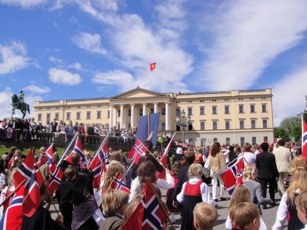dia-nacional-da-noruega-em-frente-ao-palacio-real-foto-por-visitoslo-heidi-thon
