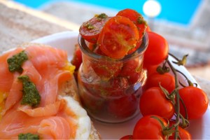Laxsmörgås med ägg och pestotomater
