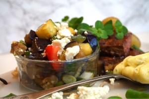 Aubergine och zucchinisallad med fetaost