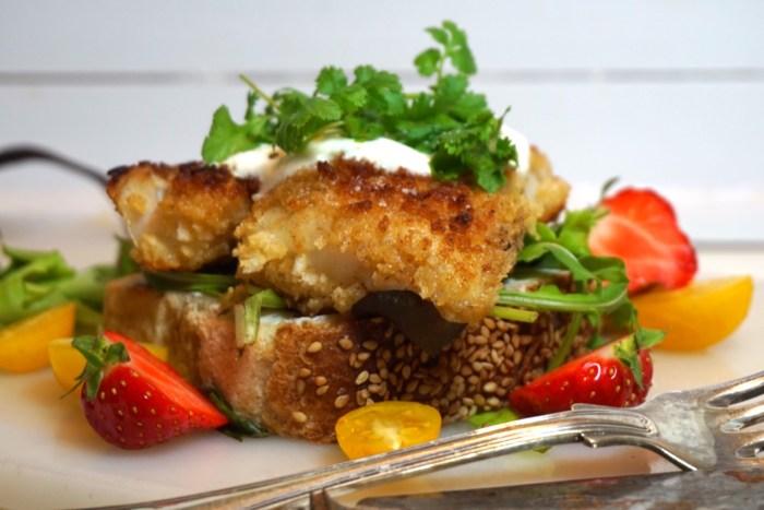 Sandwich med pankopanerad torsk och vitlökskräm med koriander