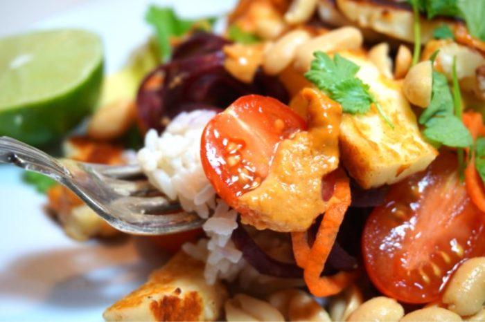 Thaisallad med krämigt kokosris och jordnötscurrysås