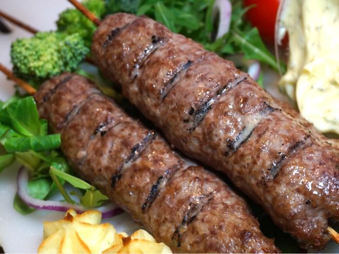 Enkla köttfärsspett med pommes duchesse och bearnaise