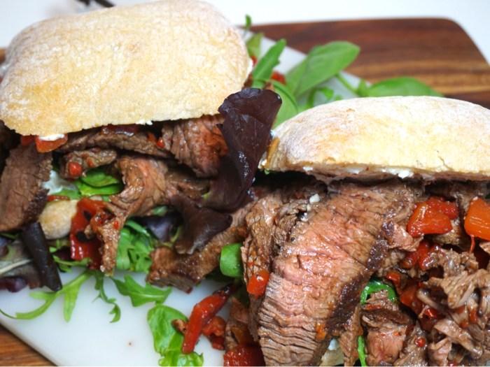 Biffsmörgås med pepparrot och grillad paprika