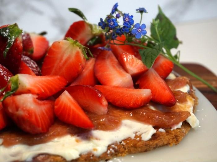 Sommartarte med mascarpone, rabarber och jordgubbar
