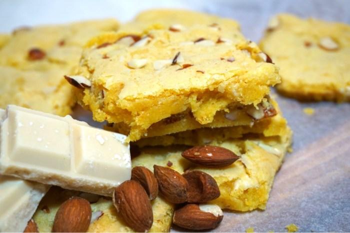 Krämig saffrancookie dessert med vispad grädde