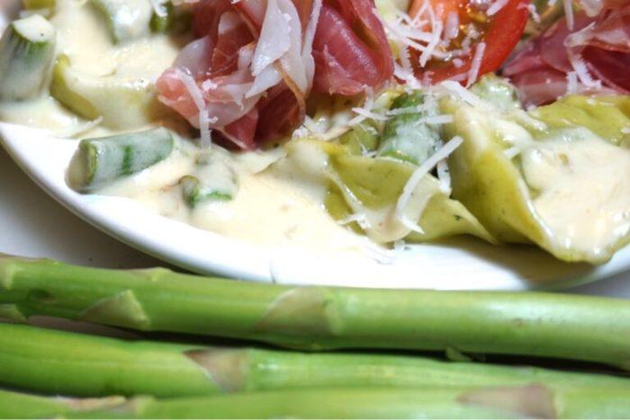 Fylld pasta med sparrissås och prosciutto