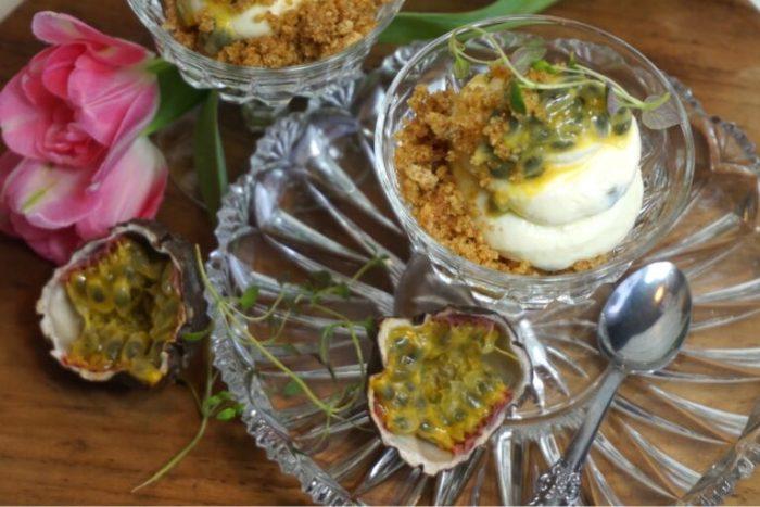 Vitchoklad och passionsfrukts cheesecake i glas