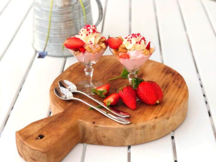 Jordgubbs yoghurt dessert i glas