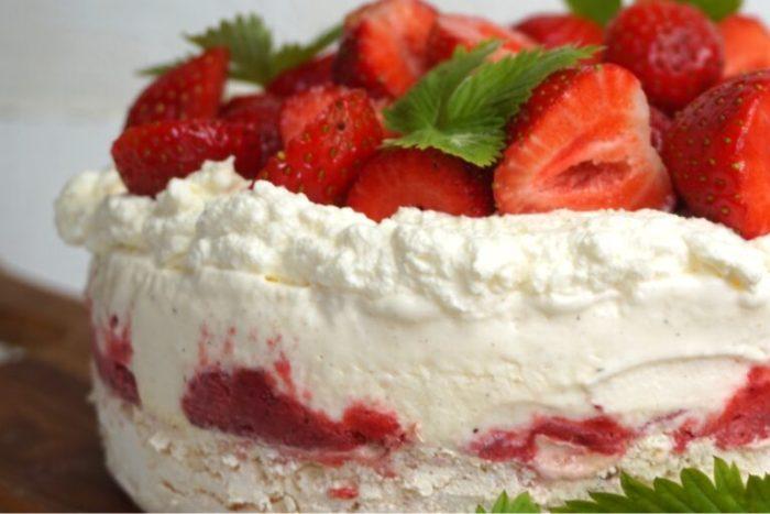 Maräng och jordgubbs- glasstårta